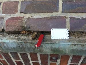 Der Witterung ausgesetzte Fugen brechen heraus und lockern das Mauerwerk