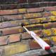 Frostschäden verursachen tiefe Löcher im Mauerwerk