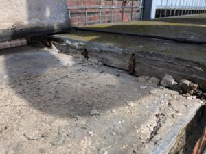 Lose Bodenplatten durch bröckelnden Mörtel